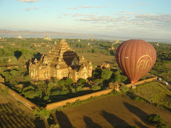 BURMA - Ballons over Bagan